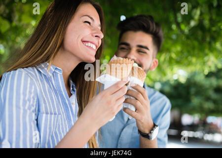 Happy young couple having date et la consommation de crème glacée Banque D'Images