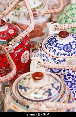 Théières décorées sur le marché de Panjiayuan, situé dans le sud-est de Pékin, Chine Banque D'Images