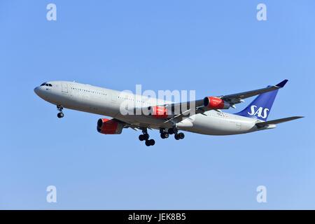 BEIJING-déc. 9. Airbus A340-313X SAS, LN-RKF landing. Airbus A340 est une longue distance quatre-gros-moteur avion Banque D'Images