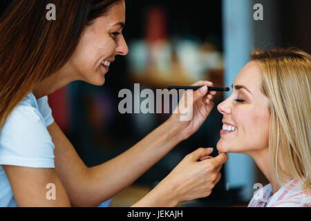 Portrait de la belle jeune femme se soins cosmétiques au salon de Banque D'Images