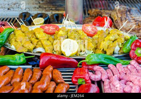 Les brochettes de viande de poulet épicé brutes, saucisses de Toulouse, les saucisses crues, boudins et côtes de Banque D'Images