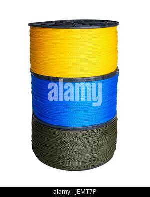 Colonne de trois échevettes de corde synthétique de jaune, bleu et vert isolé sur fond blanc Banque D'Images