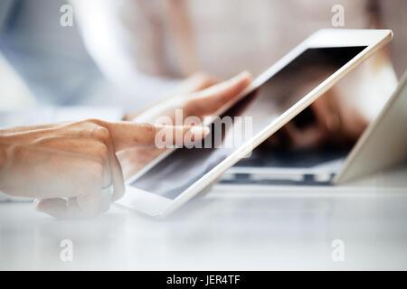 Close up image de businessman using tablet sur office 24 Banque D'Images