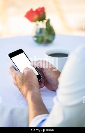 Close up de mains masculines using smartphone Banque D'Images
