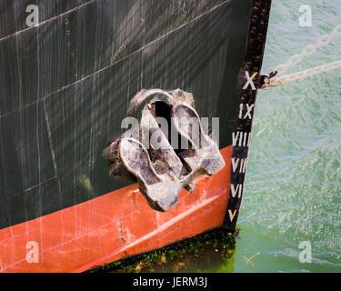 L'ancrage et le niveau de l'eau marque sur le vieux navire amarré au port d'Adélaïde, en Australie