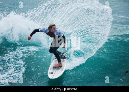 UK Surf. Action surf spectaculaire en tant que surfer rides une vague dans un concours à la plage de Fistral, Newquay, Cornwall