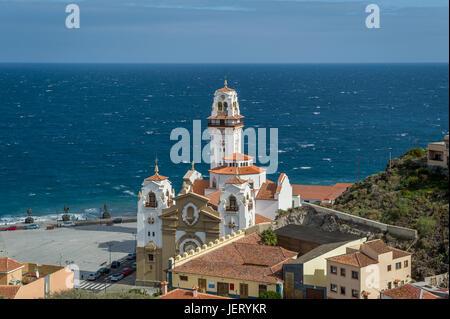 La basilique de Candelaria et statues Guanche à ocean shore Banque D'Images