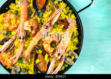 Libre de l'espagnol paella aux fruits de mer dans la paellera avec copyspace Banque D'Images