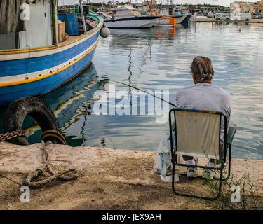 Marsaxlokk, Malte. 27 Sep, 2004. Les résidents de poissons dans la baie de Marsaxlokk, un pittoresque village de Banque D'Images