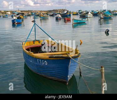 Marsaxlokk, Malte. 27 Sep, 2004. Un seul bateau est ancré dans la baie de Marsaxlokk, un pittoresque village de Banque D'Images