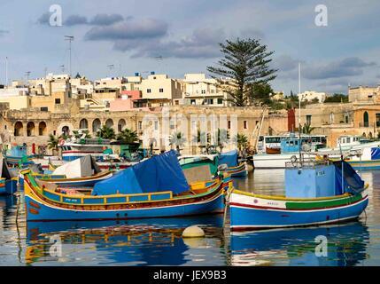 Marsaxlokk, Malte. 27 Sep, 2004. Ancré dans la baie de Marsaxlokk, bateaux de pêche aux couleurs vives sont appelés Banque D'Images
