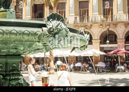 De Fontaine à Place Royale (Plaza Real) à Barcelone, Espagne.