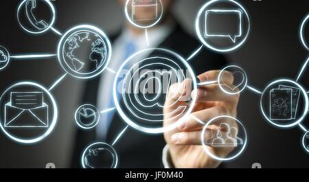 Businessman sur fond flou encombrement multimedia interface dessiné à la main