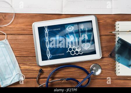 White tablet pc et médecin outils sur table en bois Banque D'Images