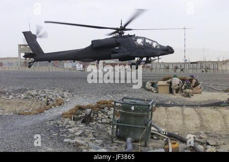 041012-M-6508B-512 Marines de l'Escadron de soutien de l'aile Marine 473 duck pour couvrir les pierres de voler comme un hélicoptère Apache AH-64 atterrit près Base d'Orgun-e en Afghanistan le 12 octobre, 2004. Photo du DoD par le sergent. Rusty Baker, Corps des Marines des États-Unis. (Publié)