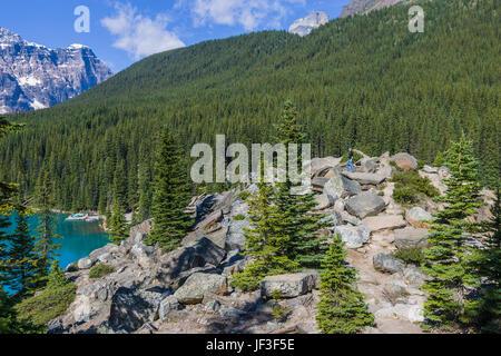 Randonneur au lac Moraine, dans le parc national Banff, Alberta, Canada. Le lac Moraine est un lac glaciaire dans Banque D'Images