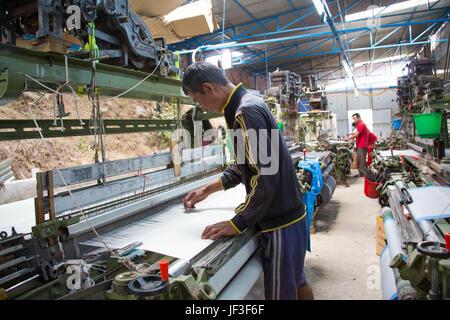 Homme travaillant dans une usine de textile à Katmandou, Népal Banque D'Images