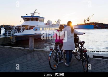 Avec la mère à la fille à ferry Banque D'Images