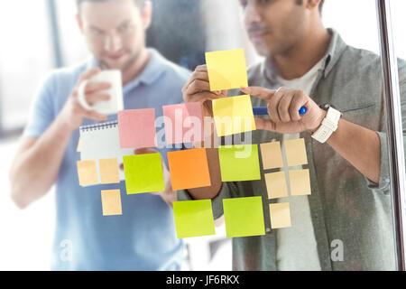 Les hommes d'affaires occasionnels qui travaillent sur de nouveaux projet au bureau d'affaires moderne, le travail d'équipe