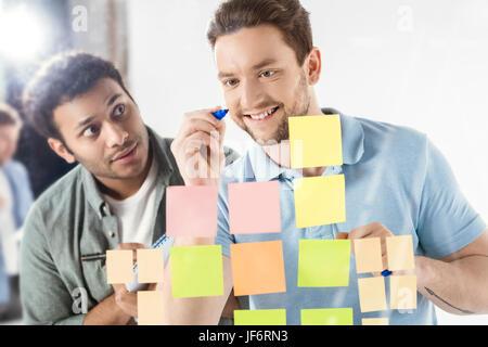Les hommes d'affaires occasionnels qui travaillent sur de nouveaux projet au bureau d'affaires moderne, le travail Banque D'Images