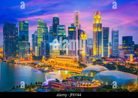 Singapore city skyline au crépuscule. Banque D'Images