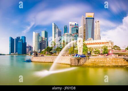 Singapour - septembre 3, 2015: la fontaine du Merlion à Marina Bay. Le Merlion est une icône marketing utilisé comme mascotte et la personnification de tr