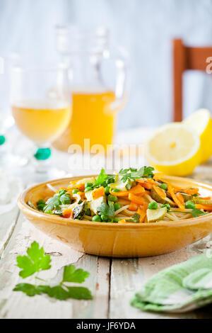 Plat de pâtes avec quelques carottes et courgettes grillées aux herbes Banque D'Images