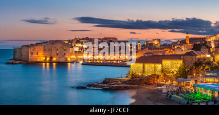 Croatie Dubrovnik Croatie côte Dalmate vue sur la vieille ville de Dubrovnik ville illuminée murs vieux port et Banque D'Images