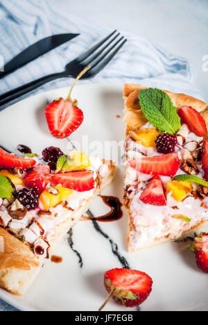 Des collations d'été. La nourriture pour partie. Pizza aux fruits avec de la crème, de cassis, de yaourts, de fraises, Banque D'Images