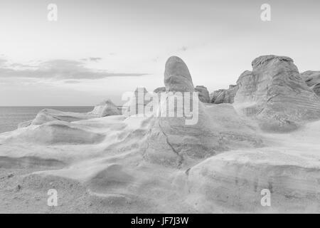 Formations de roche volcanique sur plage de Sarakiniko sur l'île de Milos, en Grèce. Banque D'Images
