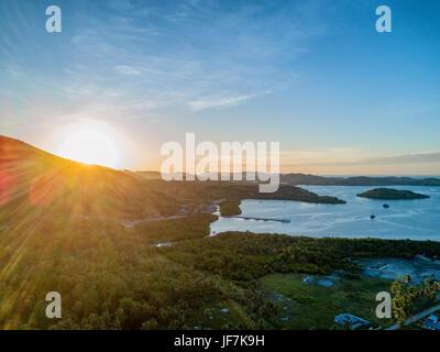 Le coucher du soleil sur le petit village de Riung sur l'île de Nusa Tenggara en Indonésie. Banque D'Images