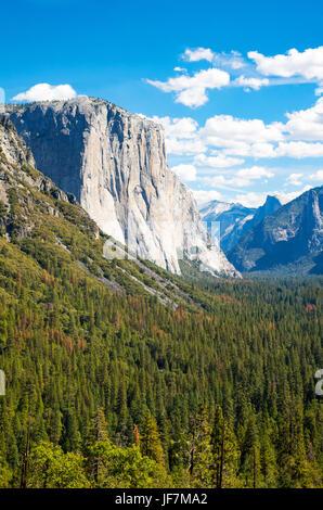 Yosemite National Park, Californie, vue panoramique de la vallée avec le El Capitan et la cathédrale Spires montagne