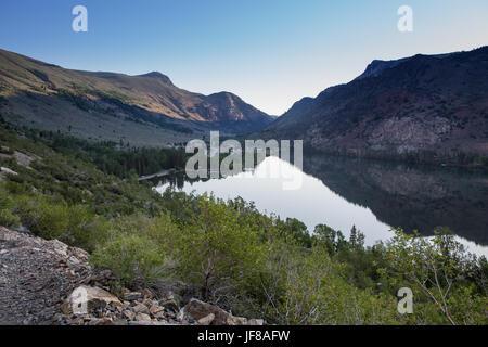 Silver Lake ci-dessous avec le camping dans l'arrière-plan de Rush Creek Trail dans les montagnes de la Sierra Nevada Banque D'Images
