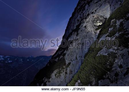 L'entrée d'Eisriesenwelt Eishoehle avec les Alpes autrichiennes dans la distance. Banque D'Images