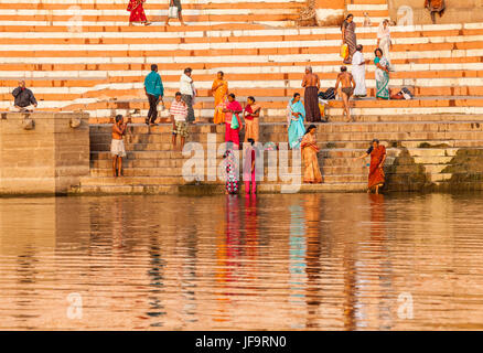 Les hommes et les femmes à un ghat de Varanasi, Inde sur les rives du Gange. L'Uttar Pradesh. Banque D'Images