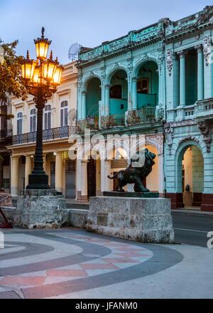 La ligne de bâtiments classique PASEO DE MARTI connu sous le nom de PRADO - LA HAVANE, CUBA Banque D'Images