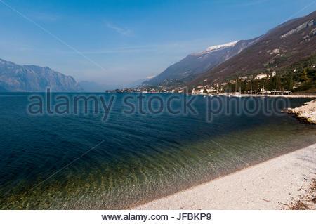 Une vue panoramique de l'eau bleu Lago di Garda, et la ville de Lazzise le long de la rive. Banque D'Images