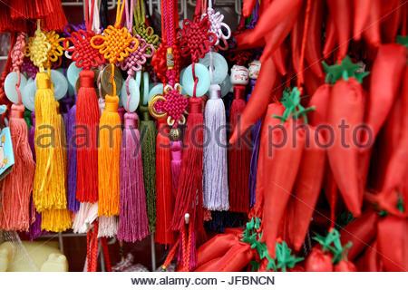... Une échoppe de marché la vente de cadeaux traditionnels dans le Jardin  Yuyuan. Banque D e0c0793c007