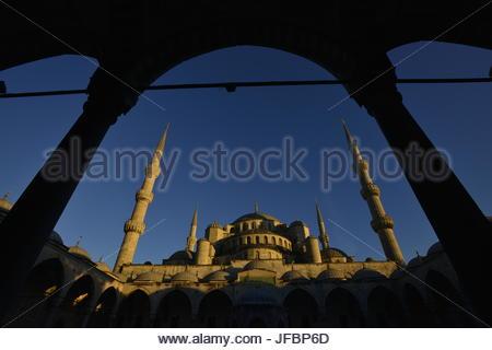 La Mosquée Bleue, vue à travers une arche dans la cour. Banque D'Images