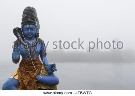Statue du dieu Shiva sur le Ganga Talao lake ou Grand Bassin, un site sacré hindou. Banque D'Images