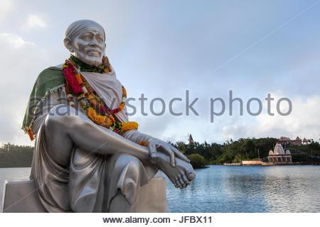 Statue de Sai Baba de Shirdi Bassin Lac, un lieu saint hindouiste. Banque D'Images