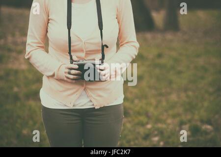 Femme avec un appareil photo rétro Banque D'Images