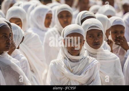 Un groupe de jeunes femmes assiste à la fête du Timkat, 2009 l'Epiphanie orthodoxe, à Addis Ababa, Ethiopie. Banque D'Images