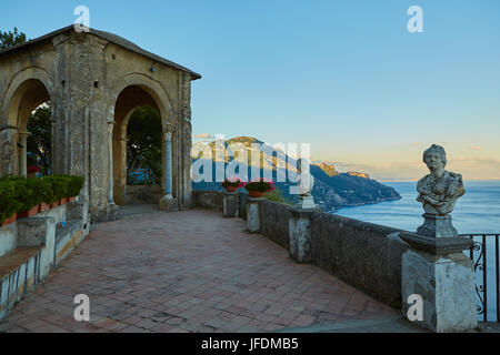 Scenic photo-carte postale de la célèbre côte amalfitaine avec Golfe de Salerne de la Villa Cimbrone à Ravello, Banque D'Images