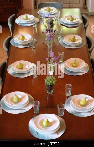 Vue de dessus d'une longue table à manger avec 10 boîtes Banque D'Images