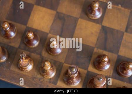 Pièces des échecs en bois Vintage sur un ancien échiquier.