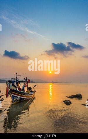 Bateaux Longtail sur la plage, le lever du soleil dans l'île, plage de Bophut Ko Samui, Thaïlande, Asie