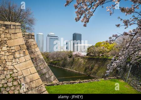 Les douves avec cerisiers au château d'Osaka à Osaka, Japon. Banque D'Images
