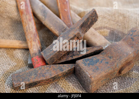 Groupe de vieux outils rouillés, marteau