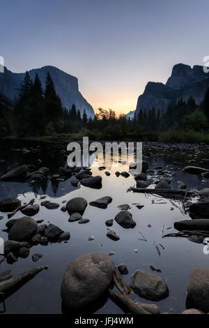 Lever de soleil dans la rivière Merced, aux Etats-Unis, en Californie, la Vallée Yosemite